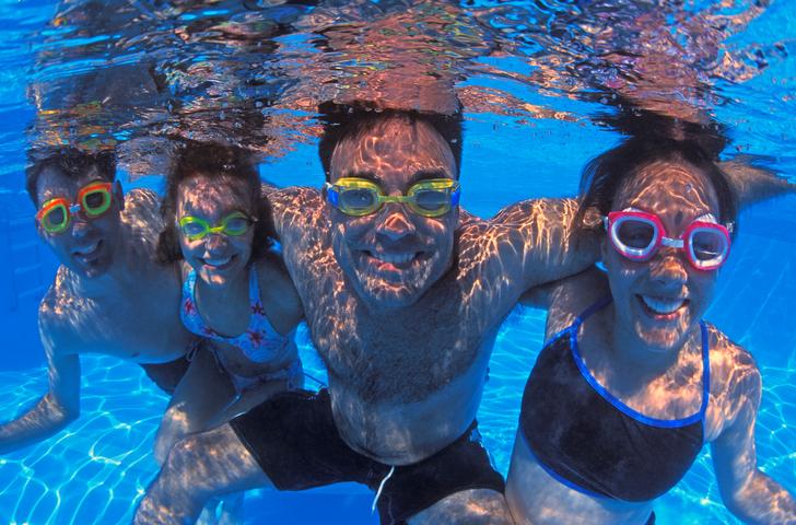 Family-of-four-underwater